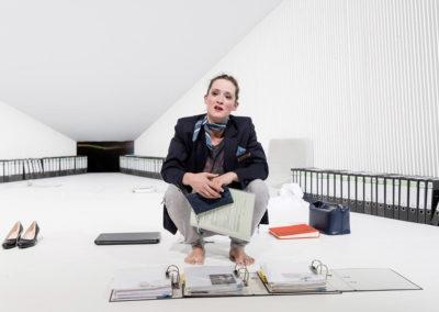 """""""Der Absturz"""" handelt davon, wie eine Flughafenmitarbeiterin nach einem Flugunglück die Angehörigen der Passagiere über deren Tod informieren muss. © Felix Grünschloß / Schauspiel Frankfurt"""