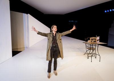 """Das zweite Drama stammt von Thomas Pletzinger. """"Ich verlasse dieses Haus"""" handelt von der Hotelinhaberin Usch. © Felix Grünschloß/Schauspiel Frankfurt"""
