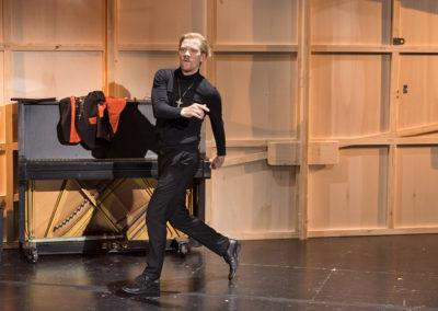 """Zsuzsa Bánk traf für ihr Monodrama """"Alles ist groß"""" einen Mann für das letzte Geleit. Die Figur spielt Nils Kreutinger. © Robert Schittko/Schauspiel Frankfurt"""
