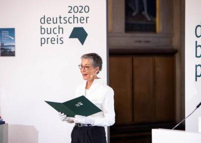 Die Vorsteherin des Börsenvereins, Karin Schmidt-Friderichs, verkündet die Gewinnerin des Deutschen Buchpreises. © vntr.media
