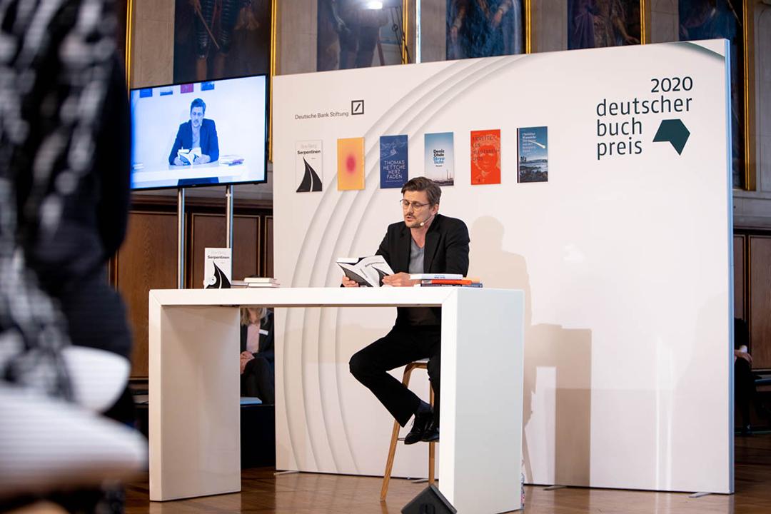 Während der Preisverleihung las Schauspieler Marc Oliver Schulze kurze Passagen aus den nominierten Werken. © vntr.media