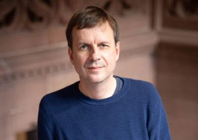 """Auf der Shortlist standen die Autorinnen und Autoren: Bov Bjerg mit seinem Roman """"Serpentinen"""". © vntr.media"""
