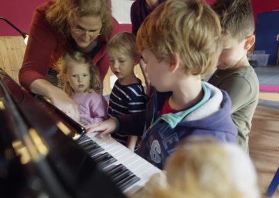 Klavier-Festival Ruhr, Klavierlehrerin Constanze Petersmann mit staunenden Schüler/innen © Mark Wohlrab