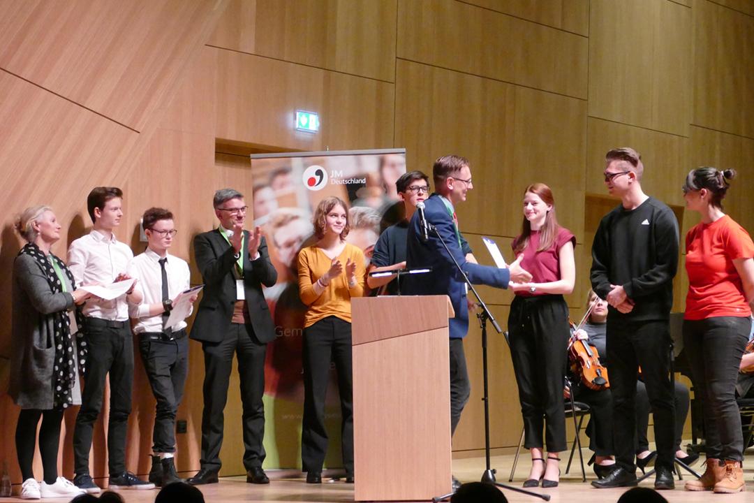 Im Anschluss folgte die Preisübergabe. V. l. n. r.: Claudia Klemkow-Lubda (Vorsitzende der AG Jugendorchesterpreis JMD), Jugendsinfonieorchester Leipzig (2. Platz), Jean-Marc Vogt (Vorstandsvorsitzender Deutsche Orchestervereinigung), Aufbauorchester der Sing- und Musikschule Heidelberg (3. Platz), Johannes Freyer (Präsident Jeunesses Musicales Deutschland), Kreisjugendorchester Neunkirchen (1. Platz). © Jeunesses Musicales Deutschland e. V.