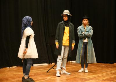 """Die Mädchen und jungen Frauen verbrachten den ganzen Tag in der Oper Frankfurt, einem der international bedeutendsten Opernhäuser. Während des Workshops haben die Teilnehmerinnen kurze Szenen aus Mozarts """"Zauberflöte"""" vorbereitet und nacheinander vorgeführt –  wie zum Beispiel hier zu sehen die improvisierte Szene mit Pamina, Sarastro und Monostatos (v. l. n. r.) © Wolfgang Runkel"""