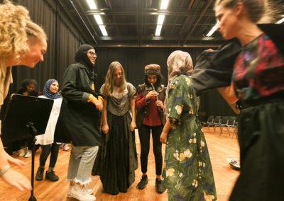 """In sechs kleinen Gruppen wurden die Workshop-Teilnehmerinnen zu einem Opernensemble und übten parallel ihren Part aus Mozarts populärstem Werk """"Die Zauberflöte"""" ein. Es ging dabei nicht um Leistung, sondern um Spaß an der Sache und der Entdeckung von ungeahnten, neuen Fähigkeiten und Teamwork. © Wolfgang Runkel"""
