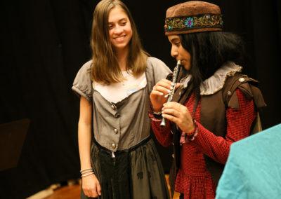 Hier tauchen zwei Opernworkshop-Teilnehmerinnen in die Rolle der jungen Königstochter Pamina (links) und des jungen Prinzen Tamino (rechts) ein. © Wolfgang Runkel