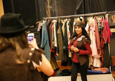 Jede Teilnehmerin suchte sich am Anfang des Opernworkshops eine Rolle aus, in der sie sich mit Phantasie, einem Kostüm und der entsprechenden körperlichen Haltung einfühlen konnte. Die passenden Kostüme wurden im Proberaum schnell gefunden, wo eine große Auswahl an Bekleidungstücken zur Verfügung stand. © Wolfgang Runkel