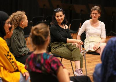 """Die Mezzosopranistin des Opernensembles Nina Tarandek gestattete dem Opernworkshop –  einige Stunden vor ihren Auftritt am Abend in der Rolle der """"Zweiten Dame"""" –  einen Besuch ab. In einem gemeinsamen Gespräch, das von der Theaterpädagogin und Workshop-Leiterin Iris Winkler moderiert wurde, konnten die Teilnehmerinnen Nina Tarandek Fragen stellen und erhielten einen äußerst spannenden Einblick in ihr Berufsleben. © Wolfgang Runkel"""