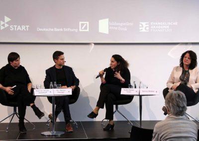 Meron Mendel (Bildungsstätte Anne Frank) moderierte die Diskussion, die die drei Podiumsgäste immer wieder kontrovers führten. V. l. n. r.: Prof. Dr. Nicole Deitelhoff (Hessische Stiftung Friedens- und Konfliktforschung), Seda Basay-Yildiz (Rechtsanwältin) und Sylvia Weber (Integrationsdezernentin Stadt Frankfurt) © Evangelische Akademie Frankfurt