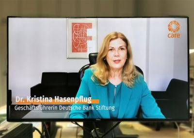 Jurorin und Geschäftsführerin der Deutsche Bank Stiftung, Kristina Hasenpflug, beglückwünscht die Marienschule Emsdetten. © Deutsche Bank Stiftung